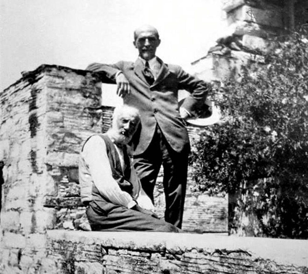 Με τον Ζαχαρία Παπαντωνίου στον Πύργο τηςΤήνου Αύγουστος1927