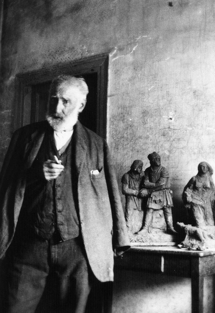 Δίπλα στο γλυπτό του-«Η-Γενοβέφα και οι Δήμιοί της» Τήνος-(1930 Αρχείο Κ.Π.Καλαϊντζίδη)