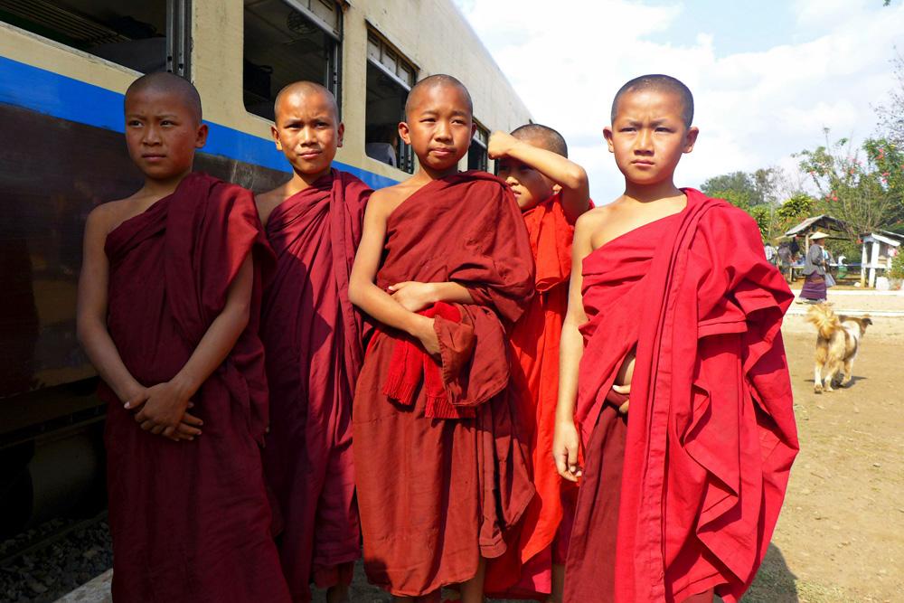 5-novice-monks-gokhteik-train